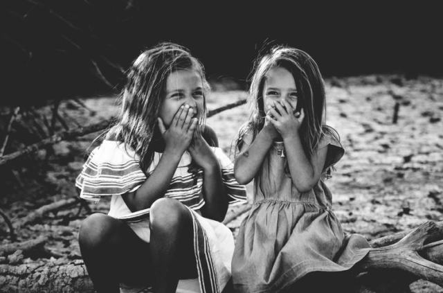 @carolinehdz – Unsplash.com – Giggling girls